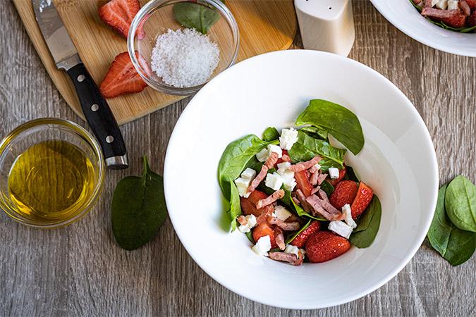 salade de pousses d'épinards et fraises